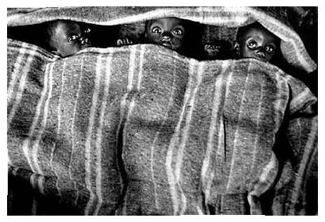 20070701041232-tres-ninos-cubiertos-con-sabanas-sebastian-salgado-brasil.jpg
